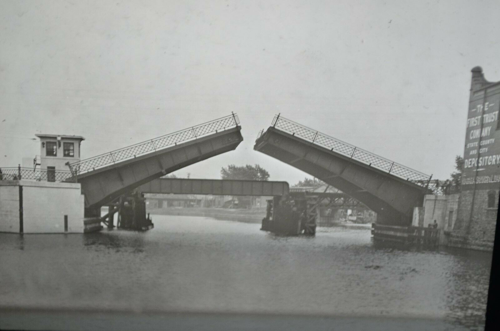 Bascule bridge opening over canal, photo (1921).jpg