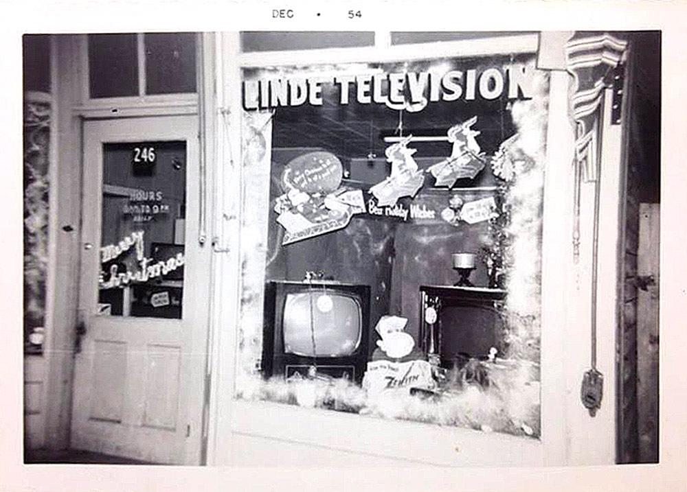 Linde Television, 246 Oliver, Christmas window display, photo (1954-12).jpg
